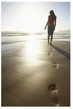 chica_paseando-en-playa